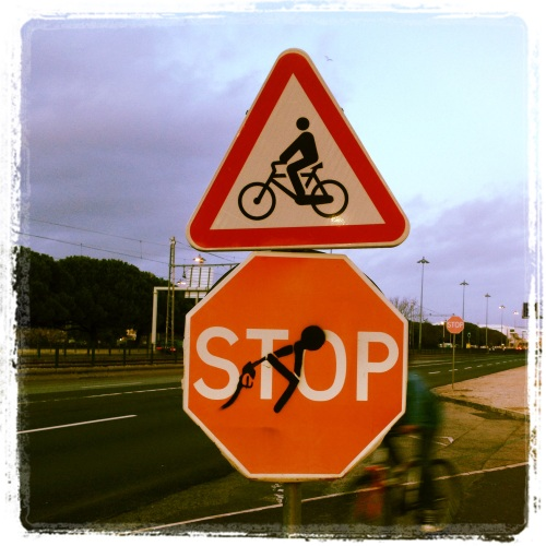 Placa na saída de um posto Galp, em Lisboa. Foto: @renejrfernandes.