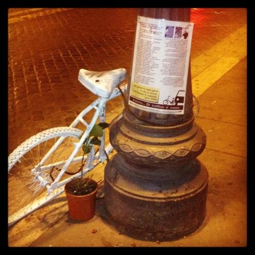 Ghost-bike, em Roma, próxima ao Coliseu.